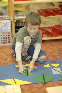 Игри с конструктивни триъгълници на Монтесори